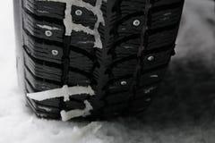 Pneu enchido inverno na neve fotografia de stock