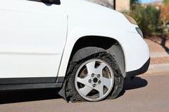 PNEU LISO - borda no asfalto Foto de Stock