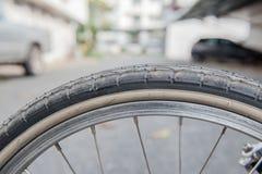 Pneu marrom da bicicleta do close up fragmento da roda da bicicleta Fotografia de Stock