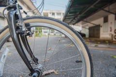 Pneu marrom da bicicleta do close up fragmento da roda da bicicleta Imagens de Stock