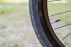 Pneu preto da bicicleta do close up fragmento da roda da bicicleta Imagem de Stock