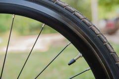 Pneu preto da bicicleta do close up fragmento da roda da bicicleta Fotografia de Stock