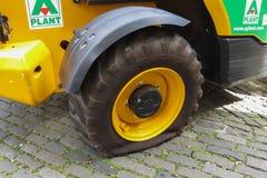 Pneumático puncionado de um caminhão do trabalho de estrada imagens de stock