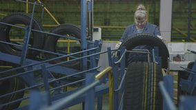 Pneumatici finiti controlli della donna nell'impianto di produzione archivi video
