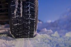 Pneumatico di inverno sulla strada Fotografia Stock Libera da Diritti