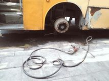 Pneumatisch kanon voor bout het aanhalen, de oude vuile vervanging van de busband Stock Afbeelding