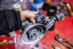Pneumatische dichte omhooggaand van de schuurmachinemachine in reparatiepost Royalty-vrije Stock Fotografie