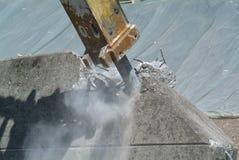 Pneumatisk hammare som destroing en vägg Arkivbild