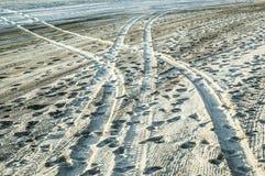Pneumatiska gummihjul som leder ingenstans på stranden Royaltyfri Foto