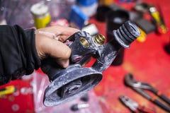 Pneumatiskt slipmaskinmaskinslut upp i reparationsstation Royaltyfri Fotografi