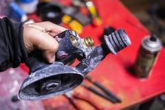 Pneumatiskt slipmaskinmaskinslut upp i reparationsstation Royaltyfri Bild