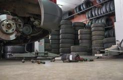 Pneumatyczny wyrwania śrubowanie bez koło samochodu przy dnem Fotografia Stock