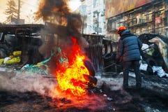 Pneus ardentes do protestador na rua de Hrushevskogo em Kiev, Ucrânia Fotografia de Stock Royalty Free