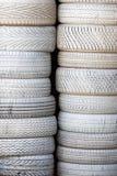 Pneus brancos Pilha de pneumáticos do carro pintados brancos Backgr do automóvel Fotografia de Stock