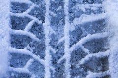 Pneus da impressão no close-up da neve Foto de Stock