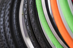 Pneus de bicyclette de différents protecteurs Photographie stock libre de droits