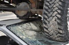 Pneus de camion d'épave de voiture sur le pare-brise Images libres de droits