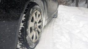 Pneus de carro na estrada do inverno Fotos de Stock Royalty Free