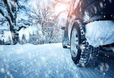 Pneus de carro na estrada do inverno Fotografia de Stock