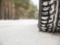 Pneus de carro na estrada do inverno Imagens de Stock