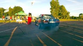 Pneus de derivação e de queimadura do carro filme