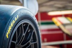 Pneus de Pirelli dans le circuit De Barcelone, Catalogne, Espagne images stock