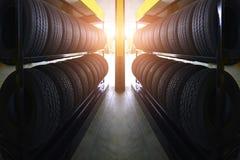 Pneus de voiture à l'entrepôt avec des rayons du soleil Photographie stock libre de droits