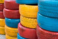 Pneus de voiture peints colorés Pneu automatique utilisé pour la décoration image stock