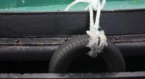 Pneus de voiture utilisés comme amortisseur pour un bateau Images libres de droits