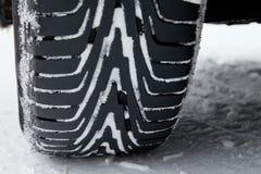 Pneus do inverno na neve Imagens de Stock