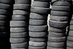 Pneus dos pneus de carro empilhado nas fileiras Imagens de Stock Royalty Free