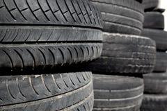 Pneus dos pneus de carro empilhado nas fileiras Imagem de Stock Royalty Free