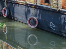 Pneus en caoutchouc pendant du bateau Images stock