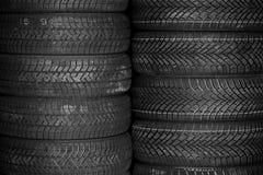 Pneus para a venda em uma loja do pneu - pilhas de pneus Imagens de Stock