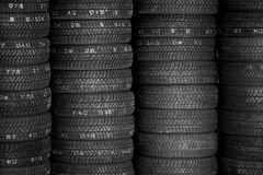 Pneus para a venda em uma loja do pneu - pilhas de pneus de carro Fotografia de Stock Royalty Free