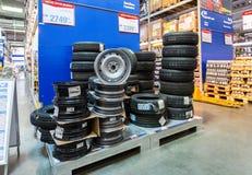 Pneus tous neufs empilés en vente dans l'hypermarché à chaînes RENCONTRÉ Photo stock