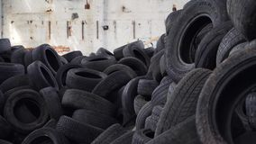 Pneus velhos em uma descarga, fim acima A pilha de pneus usados coloca em uma descarga especial vídeos de arquivo