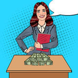 PNF Art Smiling Business Woman Standing atrás da tabela com dinheiro Imagens de Stock Royalty Free