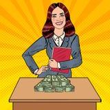PNF Art Smiling Business Woman Standing atrás da tabela com dinheiro Foto de Stock Royalty Free