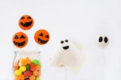 PNF do bolo de Dia das Bruxas e doces coloridos no fundo branco Imagens de Stock Royalty Free