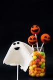 PNF do bolo de Dia das Bruxas e doces coloridos no fundo preto Fotos de Stock