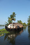 Péniche aménagée en habitation sur des mares du Kerala, Image stock