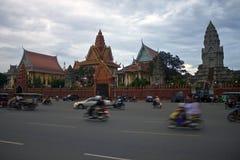 在王宫前面的交通在Pnom Penh 免版税库存照片