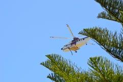 Pożarniczy helikoptery rysuje wodę od lokalnego stawu w Portowym Kennedy WA walczyć a fotografia stock