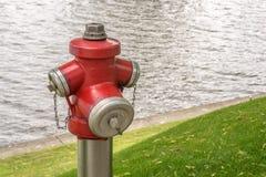 Pożarniczy hydrant z pożarniczym gasidłem w tle zdjęcia royalty free