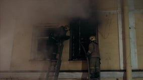 pożarniczy strażak TARGET985_1_ pożarnicza drabina stawia ciemne okno zdjęcie wideo