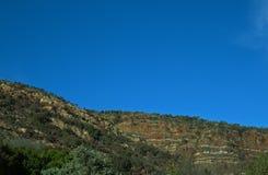 POŁOGIE granie PRZECIW niebieskiemu niebu fotografia stock