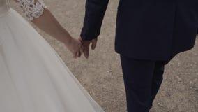 Poślubia ja dzisiaj i codzienny Nowożeńcy pary mienia ręki, strzał W zwolnionym tempie zdjęcie wideo