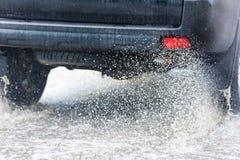 Poça da chuva do carro que espirra a água Imagem de Stock