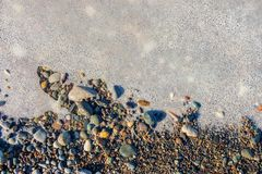 Poça espumosa em um fundo rochoso fotografia de stock
